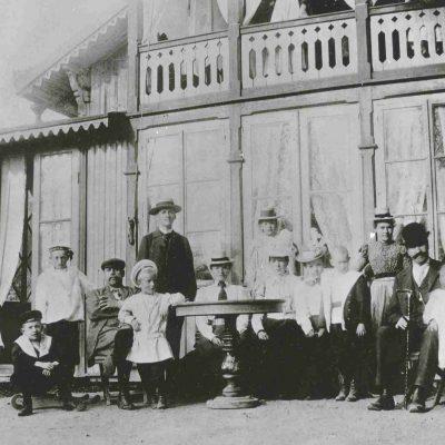 Ägaren till Gubbkärrets gård, J Z Petterson med familj och släktingar på sin 40-årsdag 1898, Foto: Stockholms stadsmuseum, cc: by-nc-sa.