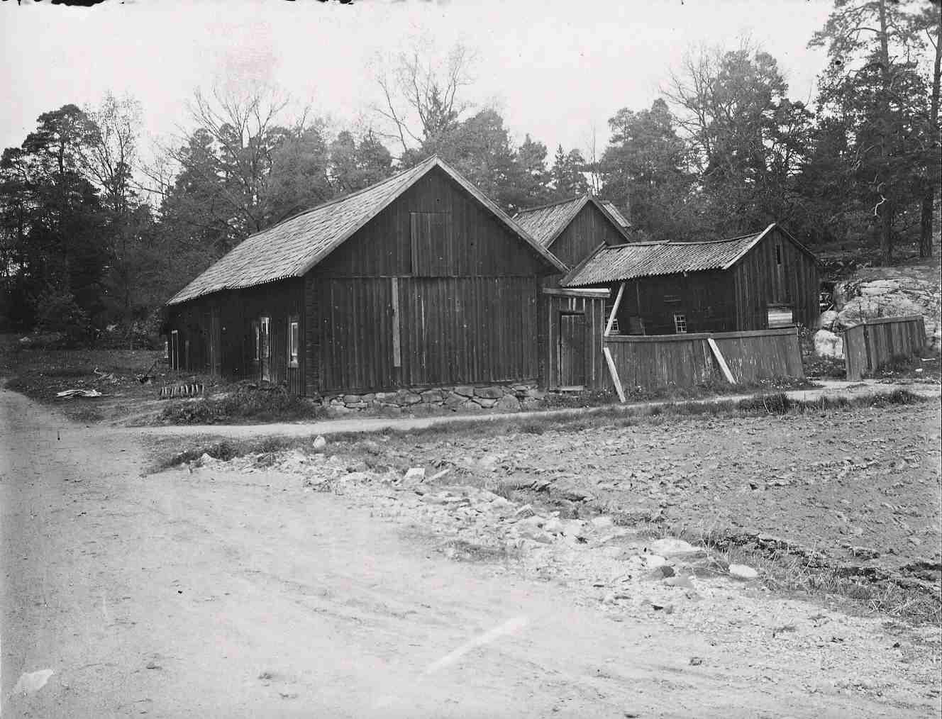 Ekonomibyggnaderna vid Gubbkärrets gård 1943.