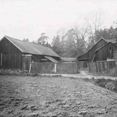 Ekonomibyggnaderna vid Gubbkärrets gård 1943. Foto: F. Larcke, Stockholms stadsmuseum, cc: by-nc-sa.
